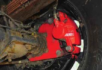 Тормоза. Машину оснастили дисковыми задними тормозами. И даже стояночный тормоз работает.