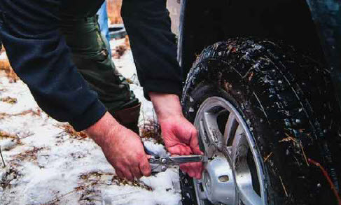 Практично. Штатные колесные диски имеют крышку, предохраняющую шпильки от грязи. Решение не самое эстетичное, но надежное