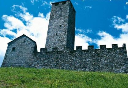 Для тех, кто хочет прикоснуться к истории, стоит заехать в Беллинцону — там расположены три отлично сохранившихся средневековых замка
