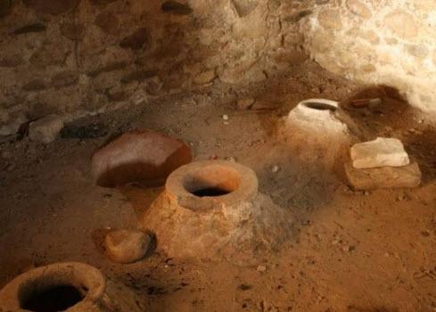 глиняные кувшины с вином