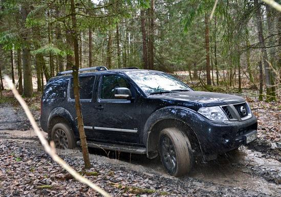Nissan-Pathfinder-zastryal