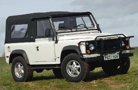 Быстрый «американец». Специально для рынка США выпускался Land Rover Defender NA5 с мотором V8 объемом 3,9 л и мощностью 182 л. с. Разгон 0-60 миль/ч - 10 с. Некоторое время он продавался со старыми дверными ручками.