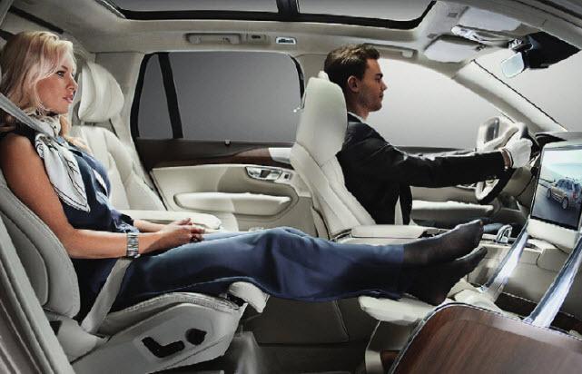 Трехместный. Отдав правому пассажиру сразу два места, создатели Volvo ХС90 Lounge Console показали миру свой стандарт комфорта в дальних путешествиях.