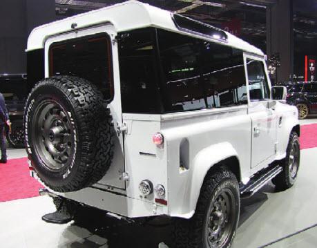 Передвижной сервант. Несмотря на радикальный подход к задним стеклам, Land Rover Defender, оттюнингованный в ателье Startech, смотрится очень эффектно.