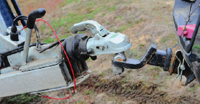 Надежный зацеп. Усиленная сцепная головка и меха низм инерционного тормоза дают уверенность на любой пересеченной местности.